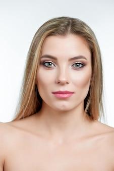 Portret blondynki zielonooki model z makijażem dalej
