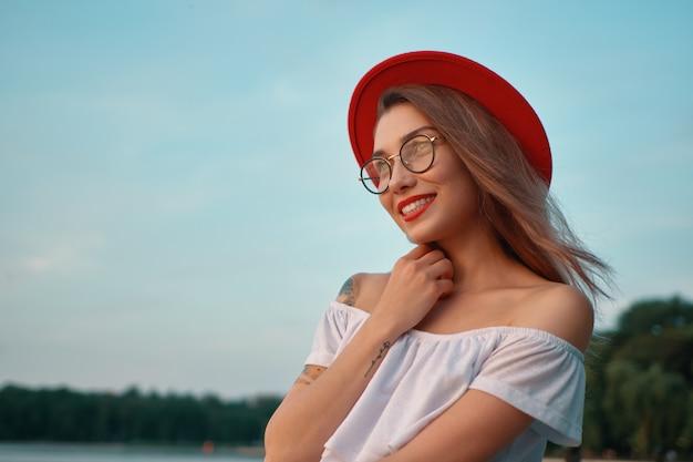 Portret błyszcząca pozytywna dziewczyna z nieodpartym uśmiechem