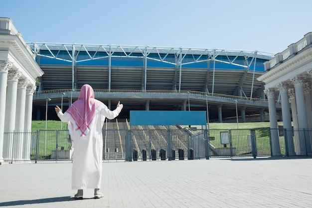 Portret bogatego arabskiego mężczyzny podczas zakupu stadionu nieruchomości w mieście włączenie kultury etnicznej