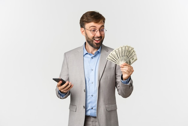 Portret bogatego biznesmena z brodą, patrząc na pieniądze