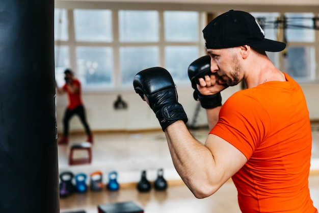 Portret boksera na siłowni