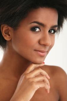 Portret brazylijskiej kobiety, idealnie opalona skóra