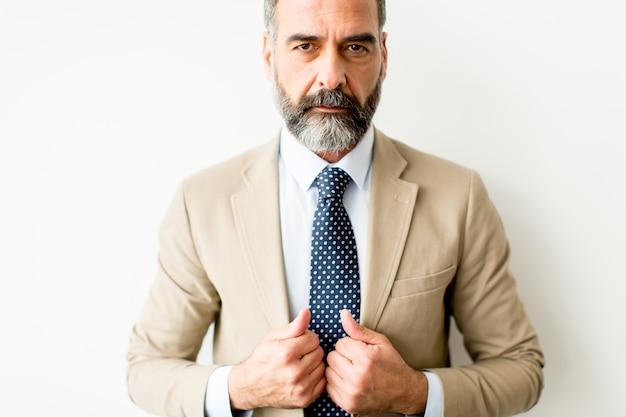 Portret brodatego biznesmena w średnim wieku
