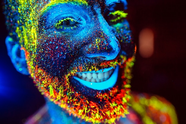 Portret brodatego mężczyzny malowany proszkiem fluorescencyjnym.