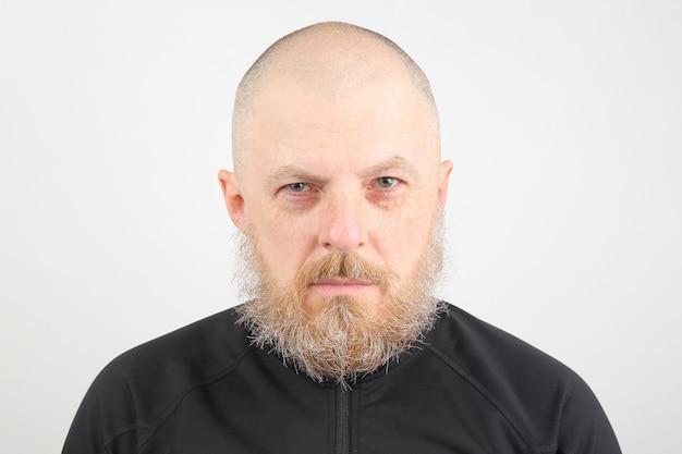 Portret brodatego mężczyzny na światło