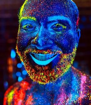 Portret brodatego mężczyzny namalowanego proszkiem fluorescencyjnym.