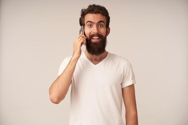 Portret brodatego mężczyzny rozmawiającego przez telefon