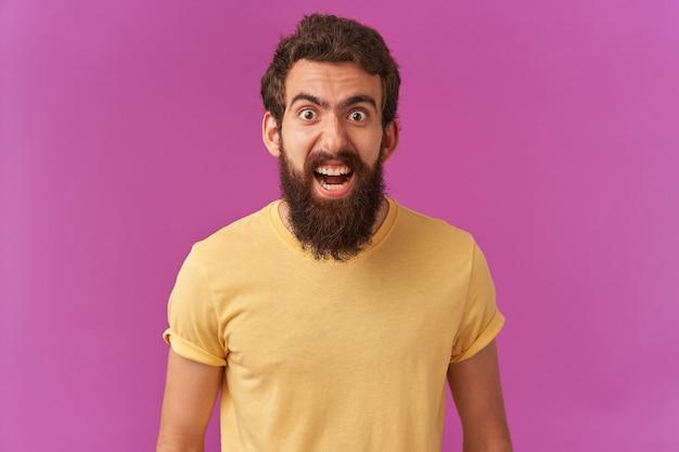 Portret brodatego młodego faceta krzyczy