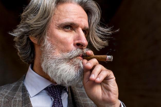 Portret brodaty dojrzały mężczyzna palenia