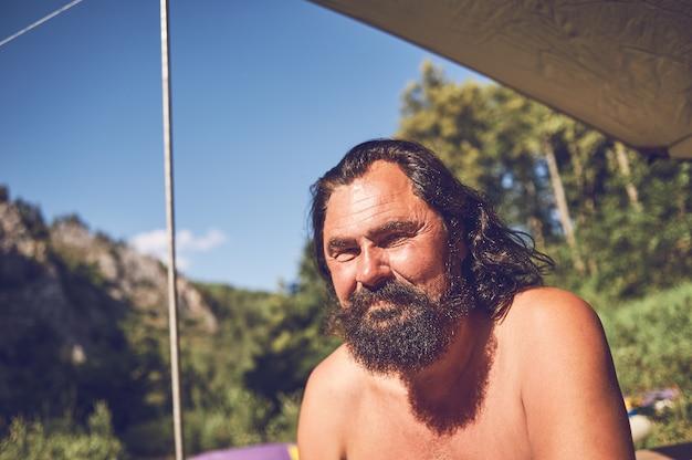 Portret brodaty męski turysta na postoju