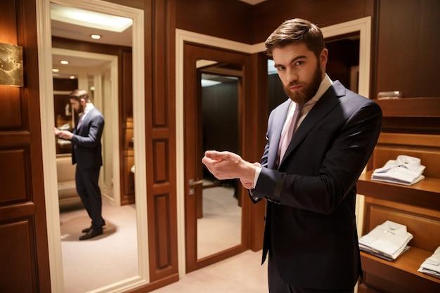 Portret brodaty mężczyzna w garderobie