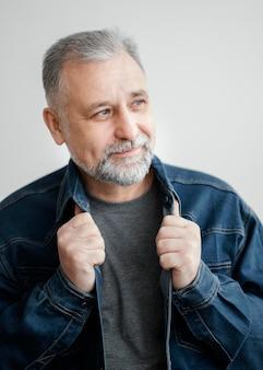 Portret brodaty mężczyzna z dżinsową kurtką