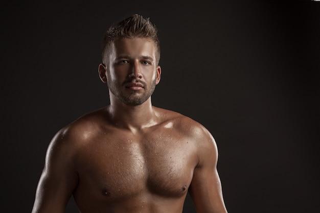 Portret brodaty muskularny młody człowiek