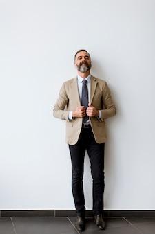 Portret brodaty przystojny biznesmen w średnim wieku