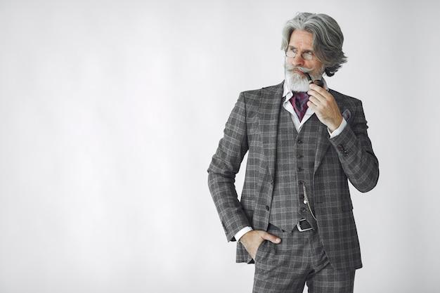 Portret brodaty rudy angielski mężczyzna.