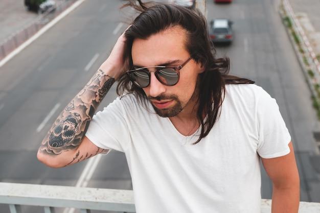 Portret brodaty stylowy mężczyzna dotyka włosów