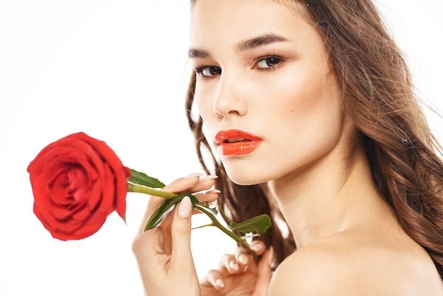 Portret brunetka z czerwoną szminką na ustach, piękna kobieta w okularach z różą