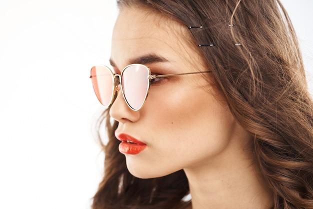 Portret brunetka z czerwoną szminką na ustach, piękna kobieta w okularach