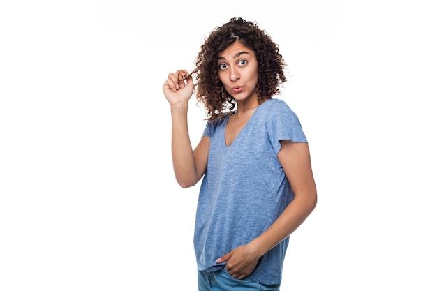 Portret brunetki dziewczyna z kędzierzawym włosy