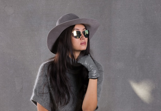 Portret brunetki w szarym kapeluszu