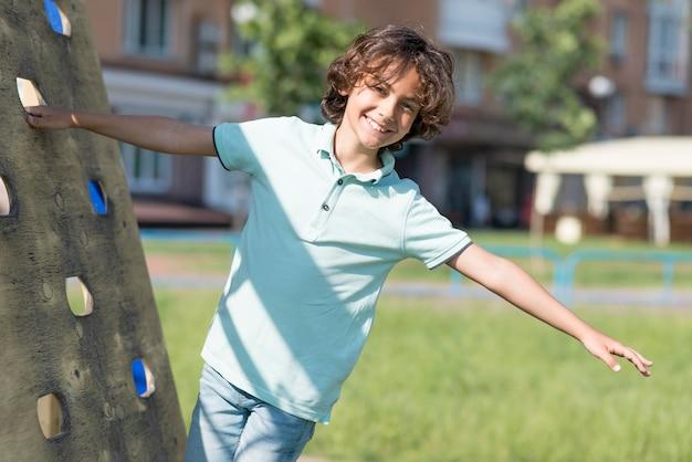 Portret buźkę chłopiec gra