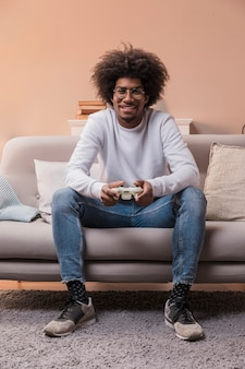 Portret buźkę człowieka grając w gry