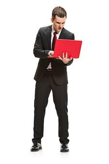 Portret całego ciała biznesmen z laptopem na białym tle
