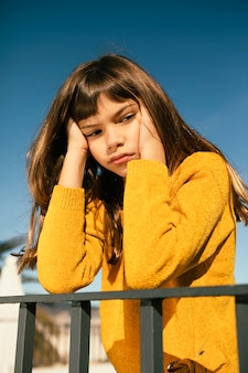 Portret całkiem mała dziewczynka jest znudzona