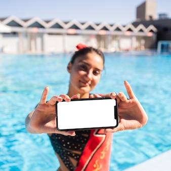 Portret całkiem młoda dziewczyna pozuje w stroju kąpielowym