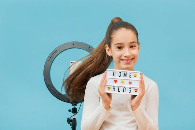Portret całkiem młoda dziewczyna uśmiecha się