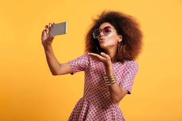 Portret całkiem młoda kobieta afro american