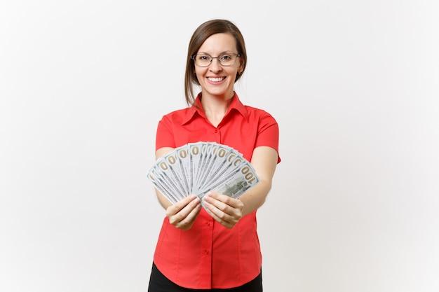 Portret całkiem młoda kobieta nauczyciel biznesu w czerwonej koszuli spódnica okulary trzymając pakiet wiele dolarów, pieniądze w gotówce na białym tle. nauczanie edukacji w koncepcji uniwersytetu w szkole średniej