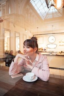 Portret całkiem młoda kobieta siedzi