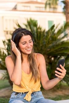 Portret całkiem młoda kobieta, słuchanie muzyki