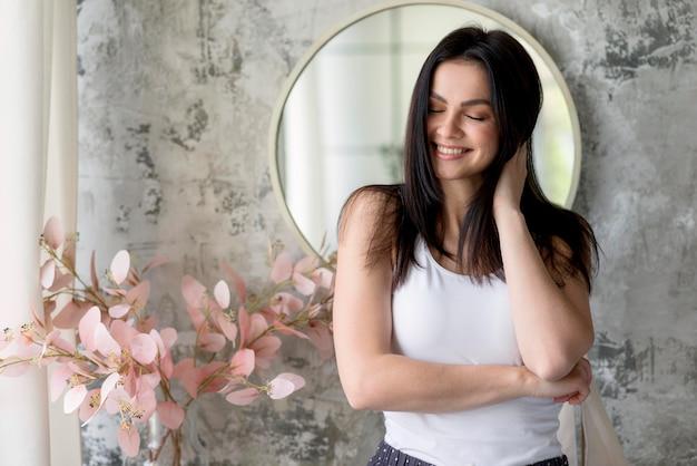 Portret całkiem młoda kobieta uśmiecha się