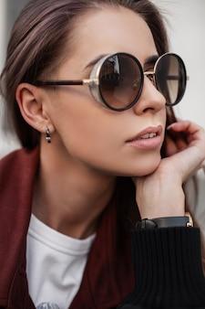 Portret całkiem młoda kobieta w stylowe okulary przeciwsłoneczne