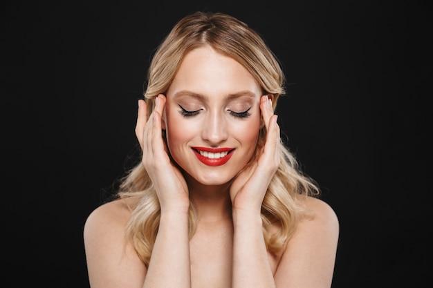 Portret całkiem młody szczęśliwy wesoły blond kobieta z jasny makijaż czerwone usta pozowanie na białym tle.