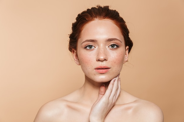 Portret całkiem niesamowite młode rude kobiety pozowanie na białym tle.