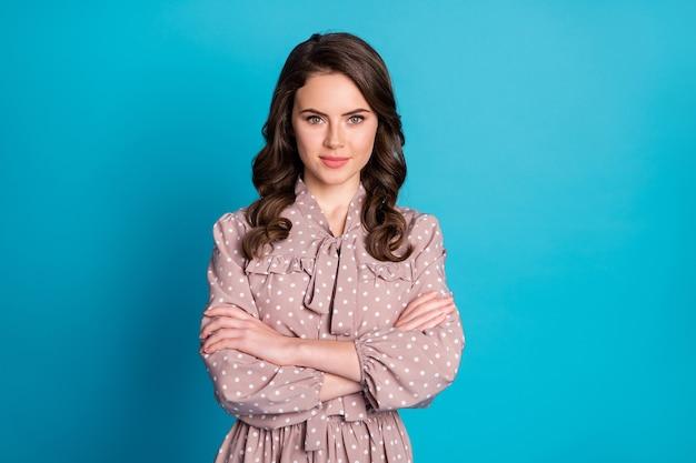 Portret całkiem sprytnej inteligentnej dziewczyny menedżera krzyż ręce gotowe zdecydować wybrać wybór pracy wybór nosić kropkowaną koszulę na białym tle nad niebieskim kolorem tła