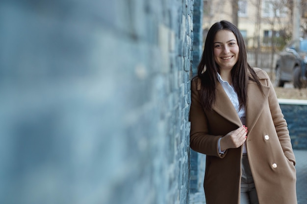 Portret całkiem uśmiechniętej dziewczyny na zewnątrz. urzędnik ubrana kobieta, uśmiechnięta i szczęśliwa. portret z bliska.