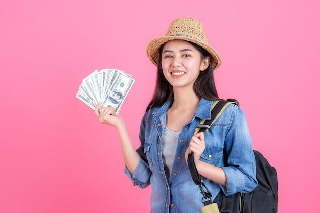 Portret całkiem uśmiechnięty szczęśliwy nastoletnie na różowo