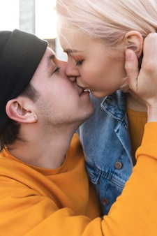 Portret całującej się nastoletniej pary
