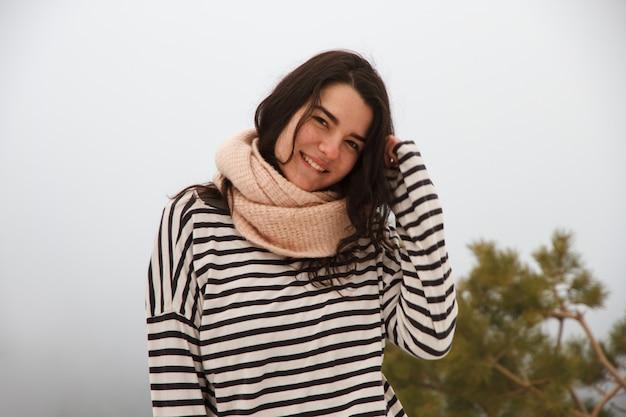 Portret caucasian dziewczyna na górze w śnieżnym dniu.
