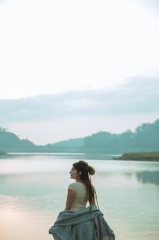 Portret caucasian kobiety stoi z blangket relaksują stronę r