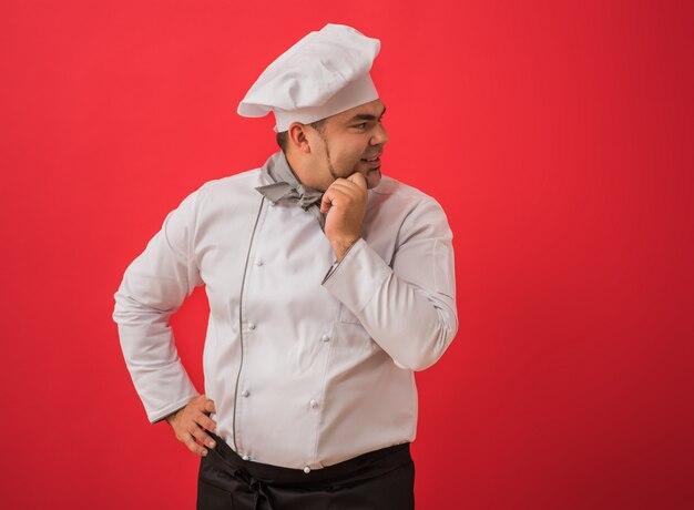 Portret caucasian mężczyzna z szefa kuchni munduru główkowaniem