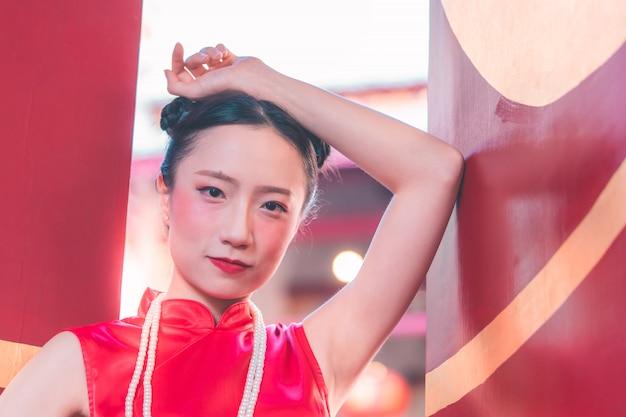 Portret chinka przed świątynną bramą