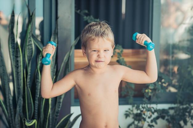 Portret chłopca ćwiczeń. samoizolacja w domu