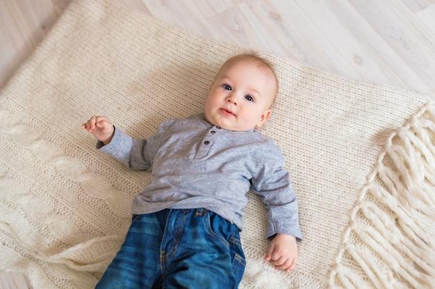 Portret chłopca ładny 6 miesięcy.