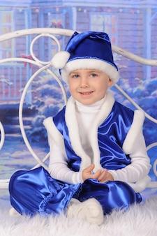 Portret chłopca obchodzi boże narodzenie