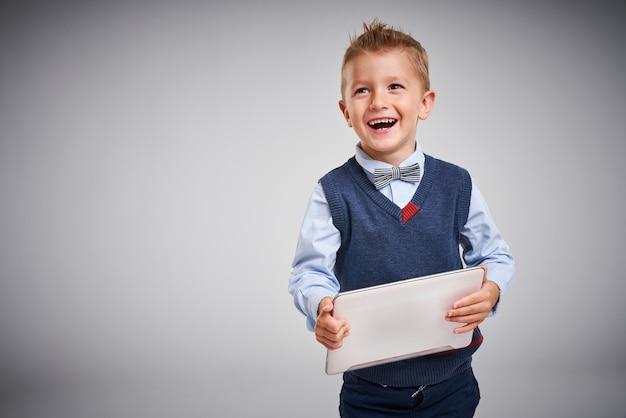 Portret chłopca pozującego na białym